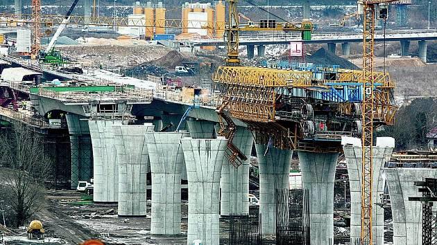 PRŮBĚH VÝSTAVBY. Ještě na začátku roku byl Lahovický most patrný jen v obrysech, na pilíře se pokládala mostní komunikace.