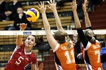 EVA HODANOVÁ útočí. Olomoucké hráčky vyhlašují stav nejvyšší pohotovosti.