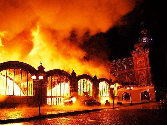 PŘÍLIŠ MNOHO NÁHOD. Požár, který pohltil celé levé křídlo Průmyslového paláce, vznikl opravdu nešťastným zřetězením okolností.