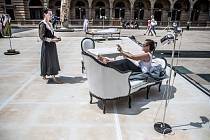 Tanečnice Miřenka Čechová a Sabine Seumeová pokračovaly dopoledne 23. června na pražském náměstí Václava Havla (dříve piazzeta Národního divadla) v třicetihodinovém představení Momentum.