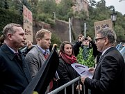 Na dvě desítky protestující se sešly 25. září před Úřadem vlády aby vyzvaly Vládu k navýšení výdajů pro vysoké školy. Rektor Tomáš Zima a Lubomír Zaorálek.