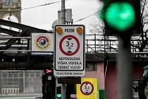 Značka preventivního měření výšky vozidel v Praze 7.