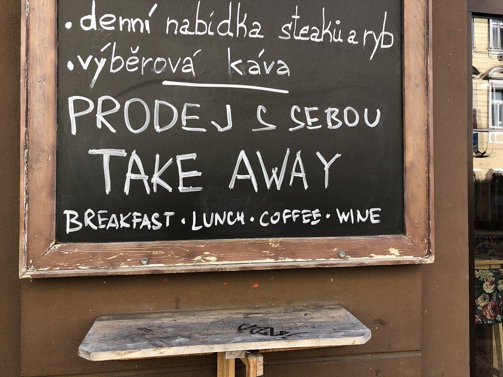 """Smíchovská restaurace Gourmet Pauza fungovala během prvního víkendu po nařízení uzavřít pohostinská zařízení alespoň v režimu """"přes ulici""""."""