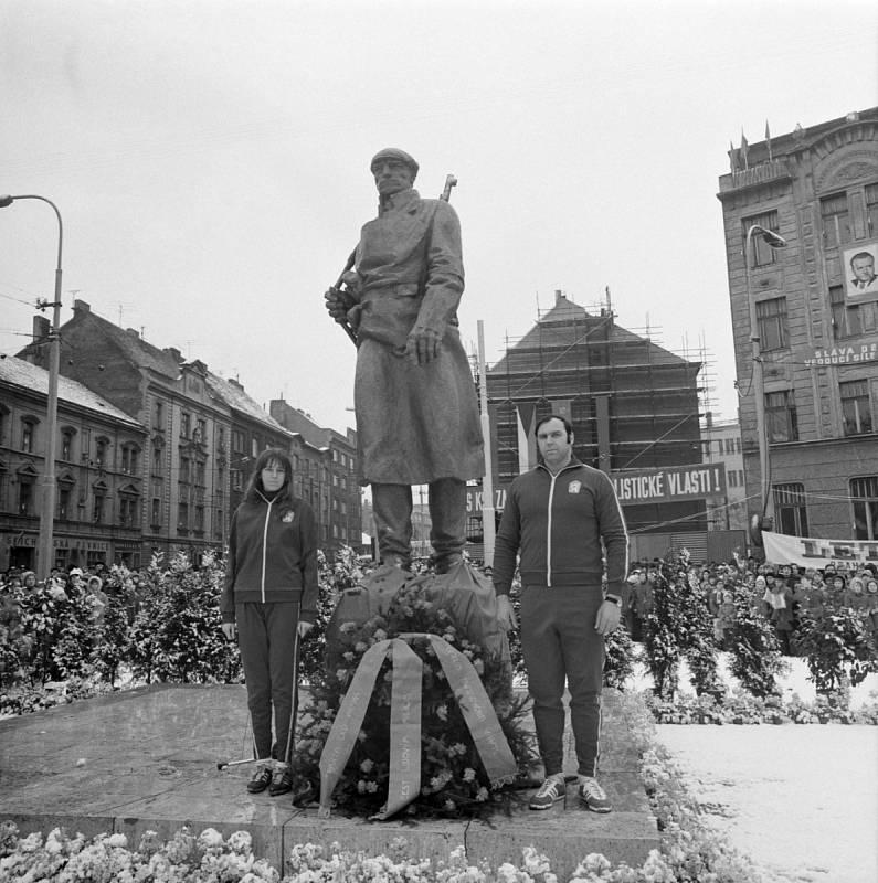 Náměstí Lidových milicí (dnes náměstí OSN) v Praze 9 se stalo 24.února v rámci oslav 25.výročí Únorového vítězství místem slavnostního odhalení pomníku Milicionáře od sochaře Jana Simoty.