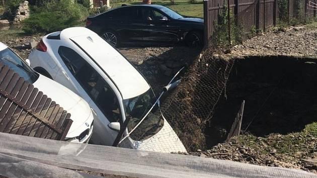 V Dolních Počernicích v Praze se dnes propadly dva zaparkované automobily do kaverny, kterou vytvořila voda z prasklé přivaděče z káranské vodárny do Prahy.