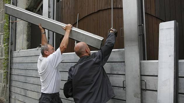 První protipovodňové opatření začali stavět pracovníci v neděli na náplavce pod Smetanovým nábřežím.