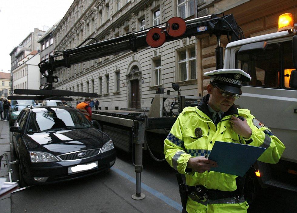 Odtah auta v Praze. Ilustrační foto.