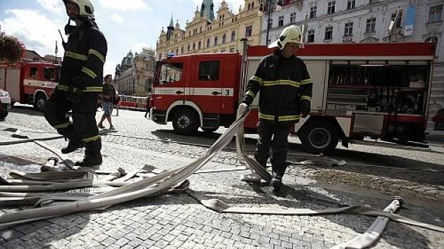 V pražském nákupním centru Palladium na náměstí Republiky v pondělí před polednem vypukl požár vzduchotechniky.