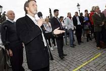 Pavel Bém přibližuje na tiskové konferenci plánovanou rekonstrukci Karlova mostu.