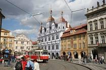 Staronová tvář Malostranské besedy. Na rekonstruovanou památku se po 180 letech vrací tři věže.