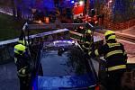 Pražští hasiči museli pomocí hydraulické ruky vyprostit automobil, který uvízl na schodech pro pěší.