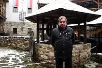 Podnikatel Pavel Orna na nádvoří svého novogotického hradu v Červeném Újezdu.