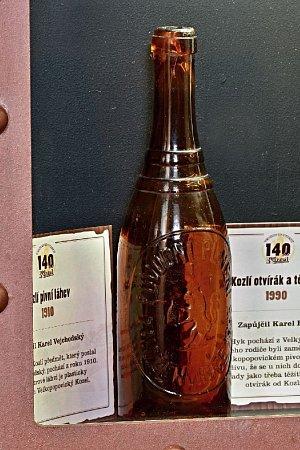 Skleněná láhev semblémem Kozla zroku 1910