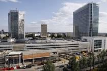PANKRÁC SE MĚNÍ. Nad stavbou obchodního centra Arkády ční tři výškové budovy – City Empiria (vlevo), hotel Corinthia Panorama (uprostřed) a City Tower (vpravo).