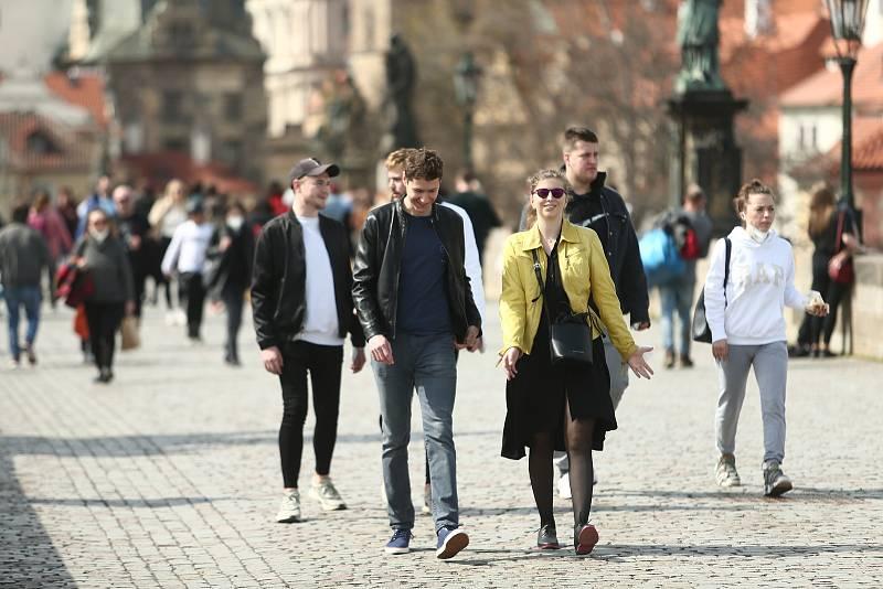 Centrum Prahy v neděli 11. dubna 2021. Lidé často neměli zakryté dýchací cesty respirátorem či alespoň chirurgickou rouškou.