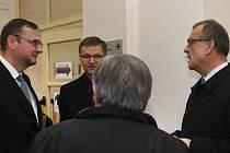 Obžalobě v kauze trafik čelí expremiér Petr Nečas, jeho manželka Jana Nečasová (dříve Nagyová) a bývalý náměstek ministra zemědělství Roman Boček. Na snímku jsou vlevo Petr Nečas, uprostřed advokát Petr Toman a vpravo svědek Miroslav Kalousek.