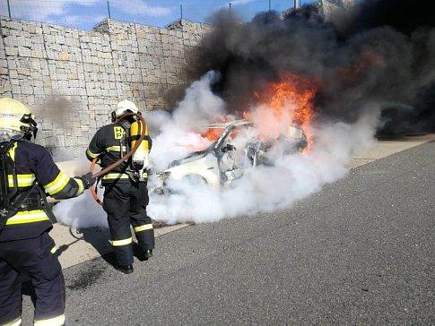 Na Pražském okruhu shořelo auto, kouř se dostal do tunelu, který byl krátce ve směru na Plzeň uzavřen.