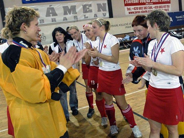 Stříbro slávistkám. Domácí pozemkářky Slavie obsadily ve Skanska Cupu druhé místo.