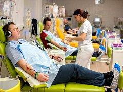 """""""Jehel se bojím,"""" přiznává městský strážník Petr Růžička, který svou krev naposledy daroval 14. ledna ve Fakultní nemocnici Královské Vinohrady spolu s dalšími sedmi desítkami kolegů. Přesto má však za sebou už skoro dvě stě odběrů."""