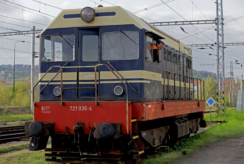 Strojvedoucí - řidič lokomotivy.