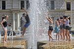 Tropické počasí v Praze. Fontána před Justičním palácem na Smíchově slouží lidem jako osvěžující malé koupaliště.
