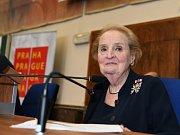 Praha si připomíná 20 let od vstupu České republiky do NATO. Primátor Zdeněk Hřib (Piráti) s radní Hanou Třeštíkovou (Praha sobě) se setkali s Madeleine Albrightovou.