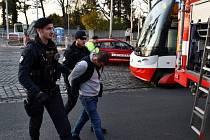 Opilý řidič v Praze naboural do tramvaje a pak si prohodil místo se spolujezdcem. Oba policie zatkla.