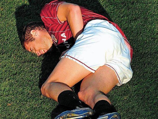 LETENSKÉ TRÁPENÍ. Fotbalisté Sparty v letošním ročníku ligy spíše trpí.