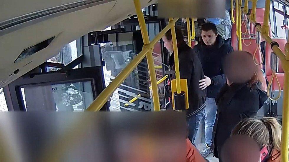 Policie pátrá po účastnících potyčky v autobusu