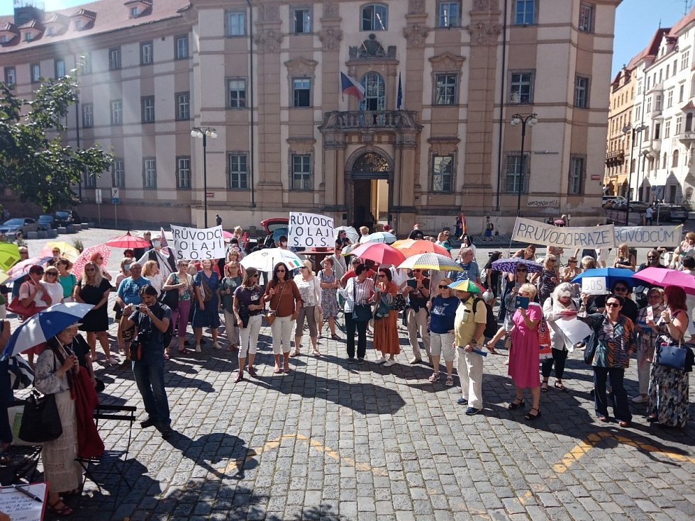 Více než stovka průvodců a jejich příznivců 9. září 2020 na Mariánském náměstí v Praze před budovou magistrátu demonstrovala za zlepšení podmínek v oboru.