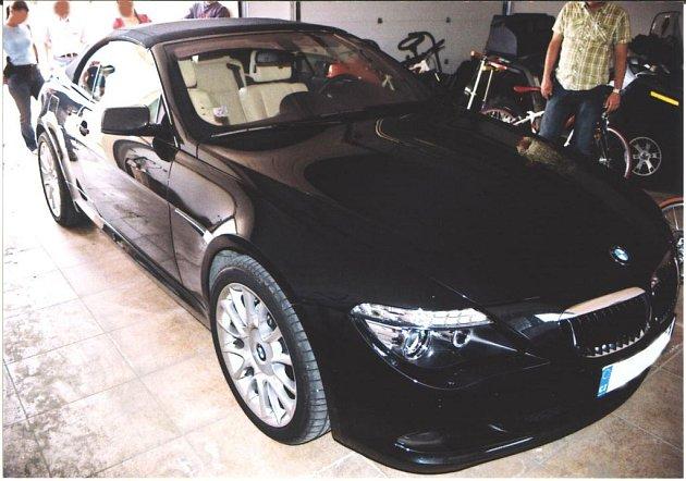Policisté zajistili šest luxusních aut značky BMW.