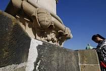 Během několika dnů skončí tříletá první etapa rekonstrukce historického Karlova mostu v Praze