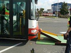 Při srážení kuželek autobusem musí koule sjet dolů, ale podložka se nesmí pohnout.