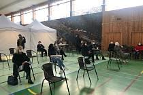 Sokolovna v Dobřichovicích se proměnila v očkovací centrum