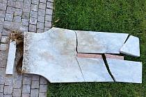 V Dobřichovicích kdosi rozbil sochu teploměru.