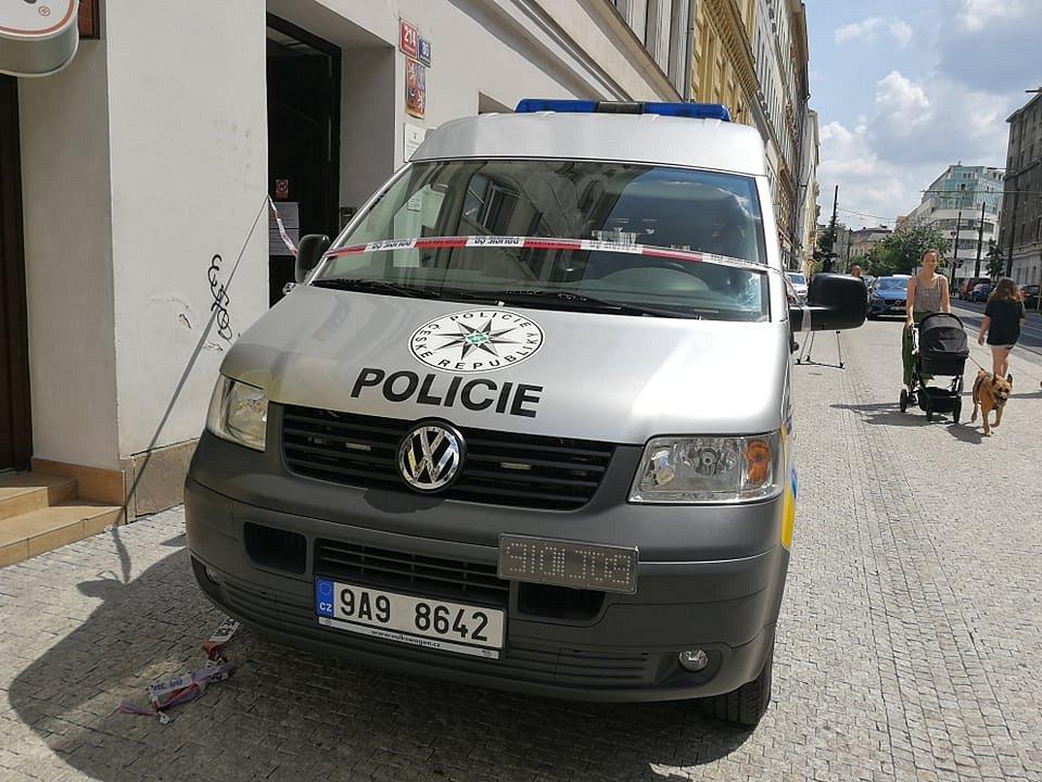 Muž v úterý 29. června zaútočil na úřadu práce v Bělehradské ulici v Praze 2, kde postřelil pracovnici. Ta později v nemocnici zemřela.