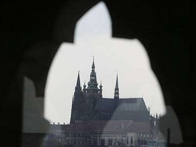Praha - ráj milovníků památek. Průhled na katedrálu sv. Víta z věže pražského Orloje.