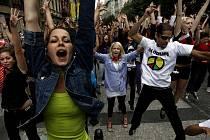Na tři stovky mladých lidí se sešlo v sobotu na několika místech v Praze, aby si společným zatančením na píseň zemřelého zpěváka Michaela Jacksona připomněli jeho nedožité narozeniny.