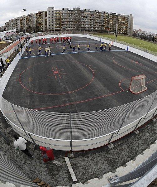 KONEČNĚ DOMA. K prvnímu extraligovému utkání hranému na novém hřišti v Praze - Lužinách nastupují týmy HC Kert Park a HBC Habešovna Gladiators.
