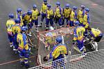 KONEČNĚ DOMA. K prvnímu extraligovému utkání hranému na novém hřišti v Praze - Lužinách nastupují hráči týmu HC Kert Park.