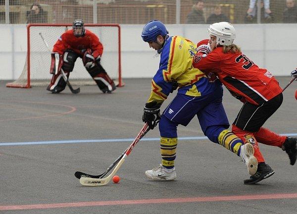 KONEČNĚ DOMA. Pavel Husák # 30 (Habešovna Gladiators) na zádech Tomáše Šimona #13 (HC Kert Park).