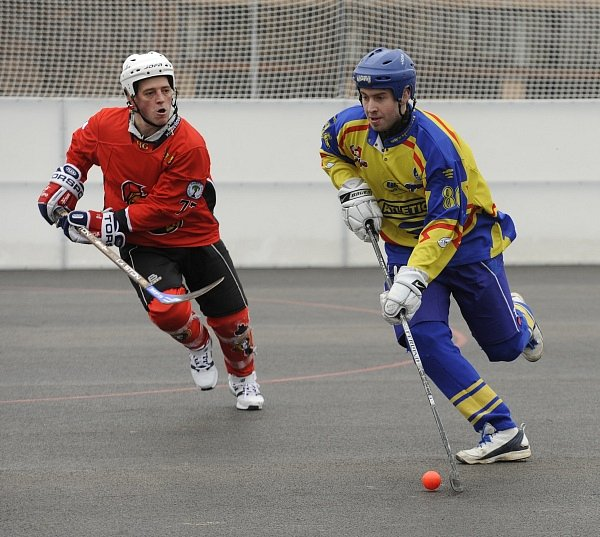KONEČNĚ DOMA. Rudolf Koller (Habešovna Gladiators) stíhá Martina Kručka (HC Kert Park).