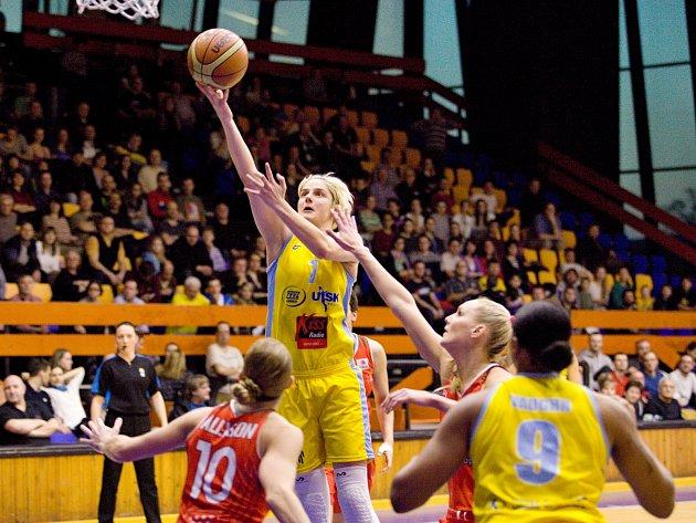 EUROLIGA. Basketbalistky ZVVZ USK Praha (ve žlutém) se utkaly v osmifinále soutěže s Rivasem Madrid.