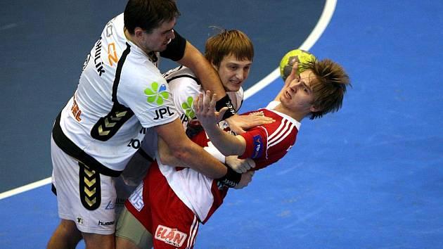 Milan Kotrč (u míče) vstřelil v Lovosicích rozhodující branku Dukly
