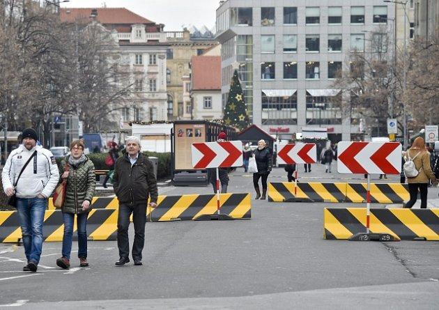 Betonové zátarasy na Václavském náměstí.