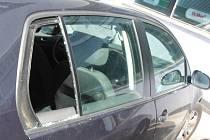 Za rozbití okénka ve dveřích svého auta poděkovali hlídce pražských strážníků rodiče miminka, které v ulici Makovského v Řepích zůstalo uvězněno v zamčeném autě.