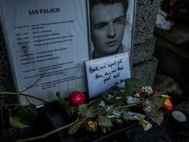 Lidé si v pátek 15. ledna 2016 u hrobu Jana Palacha na Olšanských hřbitovech v Praze připomněli jeho smrt před 47 lety.
