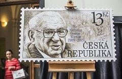Poštovní známka vydaná k poctě sira Nicholase Wintona, který zachránil před smrtí v koncentračních táborech stovky dětí. Navrhl ji malíř a grafik Zdeněk Netopil a vyšla v počtu 750 tisíc kusů.