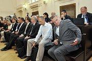 Desítka bývalých pražských radních včetně exprimátorů Bohuslava Svobody a Tomáše Hudečka a pětice úředníků magistrátu je souzena v kauze opencard – kvůli rozhodnutí z roku 2012 o uzavření nového kontraktu s dosavadní servisní firmou Haguess.