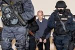 Krajský soud v Praze začal 4. května projednávat letitou vraždu v Úvalech na Praze-východ, zastřelení údajného mafiánského bosse Antonína Běly. Na snímku eskorta přivádí Pavla Šrytra.